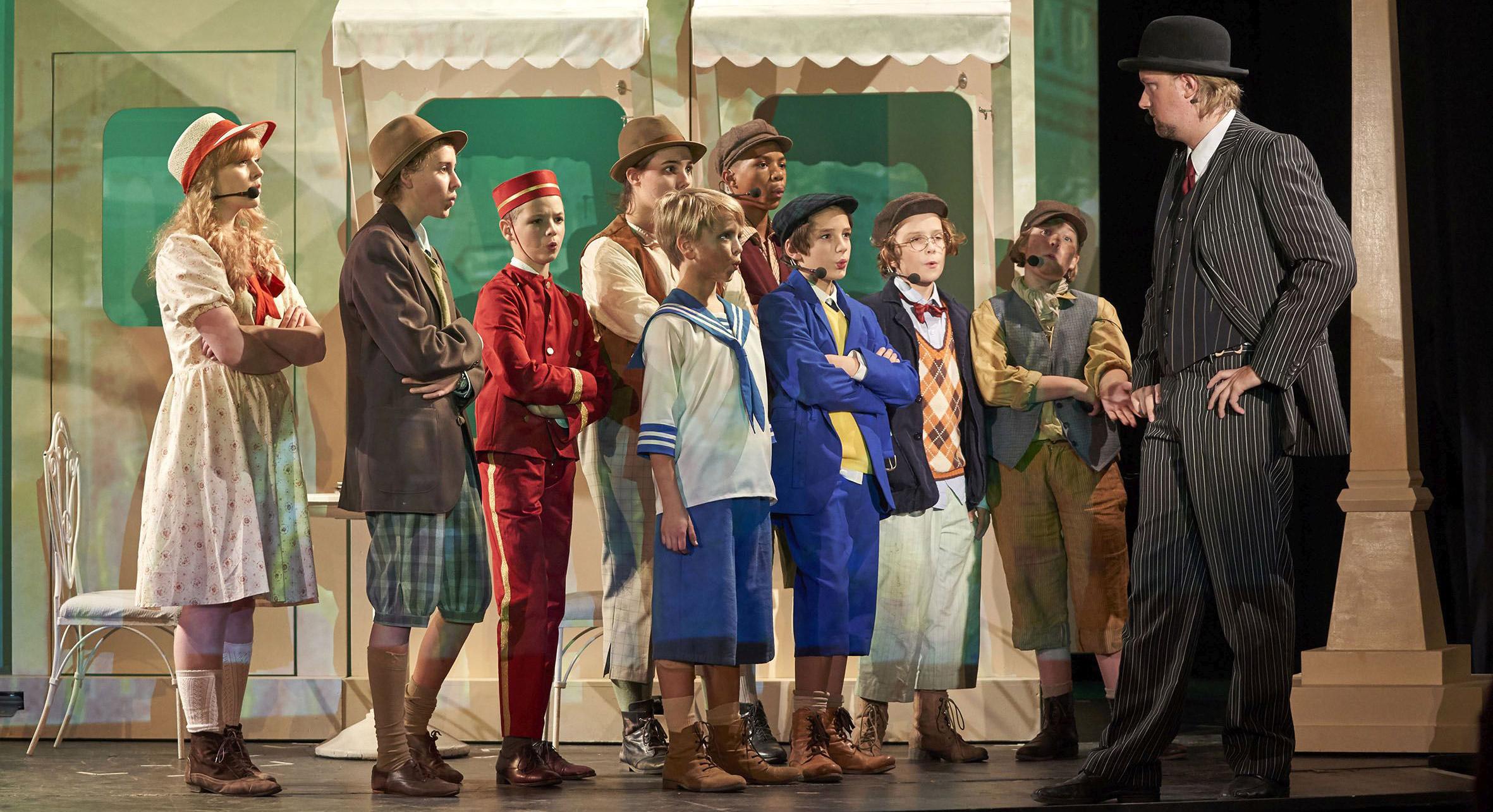 Das Bild zeigt die Theatertruppe, die Emil & die Detektive spielt